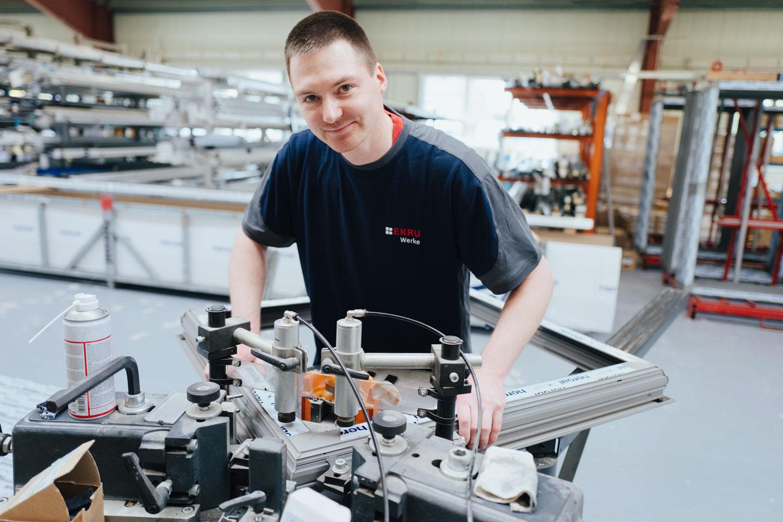 BEKRU Werke Abteilung Aluminium – Mitarbeiter setzt Fenster zusammen